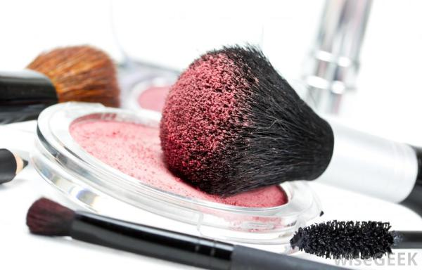 makeup-brush-with-pink-powder
